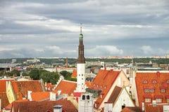 Couvrez la vue supérieure des vieilles rues de Tallinn de maisons médiévales Photo libre de droits