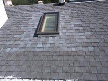 Couvrez les réparations de fuite et l'installation de lucarne sur le toit résidentiel de bardeau Image stock