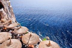 Cova d en Xoroi,在Cala en搬运程序, Minorca,巴利阿里群岛的小海湾 免版税图库摄影