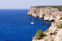 Cova D Engelse Xoroi, inham in Cala Engelse Portier, Minorca, Baleaars eiland stock foto's