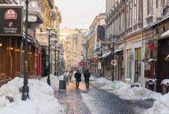 Covaci街道在冬天季节期间的布加勒斯特老镇 库存照片