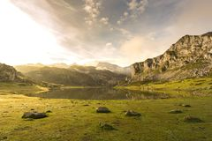 covadonga lakes arkivbilder