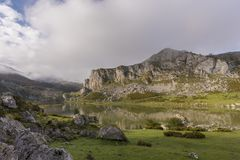 covadonga lakes royaltyfria foton