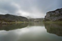 covadonga lakes arkivbild