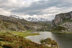 Covadonga Lakes i den Picos de Europa nationalparken, Asturias, Spanien fotografering för bildbyråer