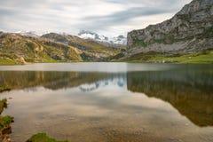 Covadonga Lakes i den Picos de Europa nationalparken, Asturias, Spanien arkivfoton