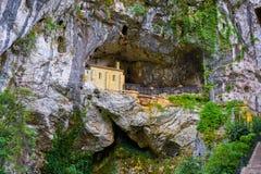 Covadonga Santa Cave een Katholiek heiligdom Asturias stock afbeeldingen