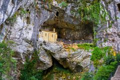 Covadonga Santa Cave un santuario cattolico Asturie immagini stock