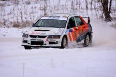 COVASNA, ROUMANIE - 16 janvier : Les pilotes inconnus concurrençant en hiver rassemblent Covasna 2016 le 16 janvier, dans Covasna Photographie stock