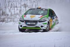 COVASNA RUMÄNIEN - Januari 16: Okända piloter som konkurrerar i vinter, samlar Covasna 2016 på Januari 16 Arkivbild