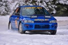 COVASNA RUMÄNIEN - Januari 16: Okända piloter som konkurrerar i vinter, samlar Covasna 2016 på Januari 16, i Covasna, Romanaia Arkivfoto