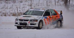 COVASNA, RUMANIA - 16 de enero: Los pilotos desconocidos que compiten en invierno reúnen Covasna 2016 el 16 de enero, en Covasna, Imágenes de archivo libres de regalías
