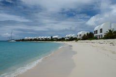 Covecastles在白色沙子海滩和海洋,西部浅滩的海湾,安圭拉,英属西印度群岛, BWI的手段别墅,加勒比 免版税库存照片