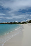 Виллы курорта Covecastles на пляже с белым песком и океане, заливе западном, Ангилье мелководья, великобританских Вест-Индиях, BW Стоковая Фотография RF