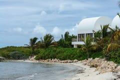 Covecastles willa na plaży, tłumu Podpalany zachód, Anguilla, Brytyjscy Zachodni Indies, BWI, Karaiby Fotografia Stock