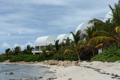 Covecastles wille na plaży, tłumu Podpalany zachód, Anguilla, Brytyjscy Zachodni Indies, BWI, Karaiby Obrazy Stock