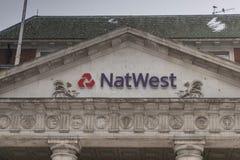 COVENTRY, ENGLAND, Großbritannien - 3. März 2018: NastWest-Bankfiliale im Coventry-Stadtzentrum an einem bewölkten schneienden Mo lizenzfreie stockfotografie