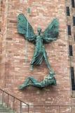 COVENTRY ENGLAND, UK - JANUARI FÖRSTA 2018: St Michael och jäkeln skulpterar vid den berömda konstnären Jacob Epstein på Royaltyfria Bilder