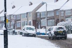 COVENTRY FÖRENADE KUNGARIKET 10-12-2017: tungt snöfall, bilar som täckas av snö, och påverkad trafik Royaltyfria Foton