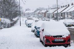 COVENTRY FÖRENADE KUNGARIKET 10-12-2017: tungt snöfall, bilar som täckas av snö, och påverkad trafik Arkivfoto