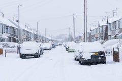 COVENTRY FÖRENADE KUNGARIKET 10-12-2017: tungt snöfall, bilar som täckas av snö, och påverkad trafik Arkivfoton