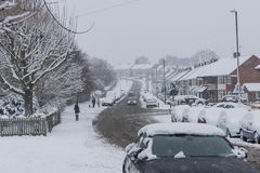 COVENTRY, HET VERENIGD KONINKRIJK 10-12-2017: zware die sneeuwval, auto's door beïnvloede sneeuw en verkeer worden behandeld Stock Afbeelding