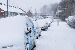 COVENTRY, HET VERENIGD KONINKRIJK 10-12-2017: zware die sneeuwval, auto's door beïnvloede sneeuw en verkeer worden behandeld Royalty-vrije Stock Fotografie