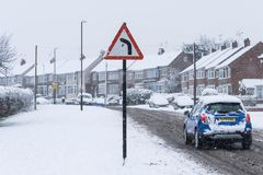 COVENTRY, HET VERENIGD KONINKRIJK 10-12-2017: zware die sneeuwval, auto's door beïnvloede sneeuw en verkeer worden behandeld Stock Afbeeldingen
