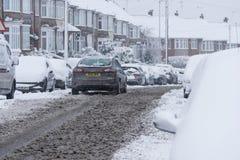 COVENTRY, HET VERENIGD KONINKRIJK 10-12-2017: zware die sneeuwval, auto's door beïnvloede sneeuw en verkeer worden behandeld Royalty-vrije Stock Foto's