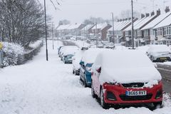 COVENTRY, HET VERENIGD KONINKRIJK 10-12-2017: zware die sneeuwval, auto's door beïnvloede sneeuw en verkeer worden behandeld Stock Foto
