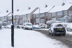 COVENTRY, HET VERENIGD KONINKRIJK 10-12-2017: zware die sneeuwval, auto's door beïnvloede sneeuw en verkeer worden behandeld Stock Foto's