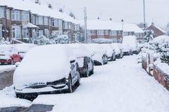 COVENTRY, REGNO UNITO 10-12-2017: precipitazioni nevose pesanti, automobili coperte da neve e traffico colpito Fotografie Stock