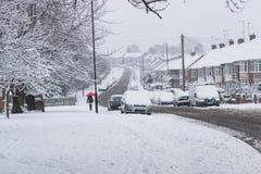 COVENTRY, REINO UNIDO 10-12-2017: nevadas pesadas, coches cubiertos por la nieve y tráfico afectado Foto de archivo libre de regalías