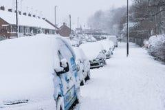 COVENTRY, REINO UNIDO 10-12-2017: nevadas pesadas, coches cubiertos por la nieve y tráfico afectado Fotografía de archivo libre de regalías