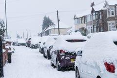 COVENTRY, REINO UNIDO 10-12-2017: queda de neve pesada, carros cobertos pela neve e tráfego afetado Imagem de Stock