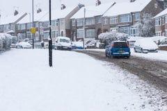 COVENTRY, REINO UNIDO 10-12-2017: queda de neve pesada, carros cobertos pela neve e tráfego afetado Fotografia de Stock