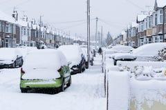 COVENTRY, REINO UNIDO 10-12-2017: queda de neve pesada, carros cobertos pela neve e tráfego afetado Imagens de Stock Royalty Free
