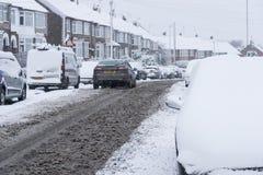 COVENTRY, ROYAUME-UNI 10-12-2017 : chutes de neige lourdes, voitures couvertes par la neige et trafic affecté Photos stock