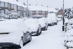 COVENTRY, ROYAUME-UNI 10-12-2017 : chutes de neige lourdes, voitures couvertes par la neige et trafic affecté Images stock