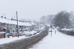 COVENTRY, VEREINIGTES KÖNIGREICH 10-12-2017: schwere Schneefälle, Autos bedeckt durch Schnee und Verkehr beeinflußt stockfotografie
