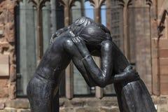 Coventry, Warwickshire, het UK, 27 Juni 2019, verzoenings herdenkingsbeeldhouwwerk bij de Kathedraalkerk van Heilige Michael royalty-vrije stock afbeelding