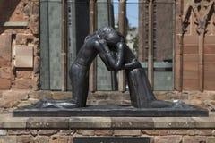 Coventry, Warwickshire, het UK, 27 Juni 2019, verzoenings herdenkingsbeeldhouwwerk bij de Kathedraalkerk van Heilige Michael royalty-vrije stock fotografie