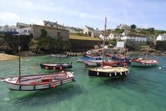 在Coverack港口康沃尔郡英国英国的小船 免版税库存照片