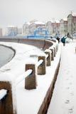 Coverd blanco de la nieve la barandilla de la playa Fotos de archivo