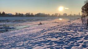 Covere congelato del fiume dalla neve Tempo di tramonto Inverno stock footage