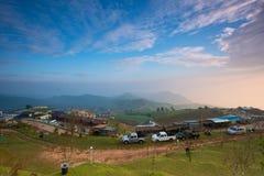 Covered're della nebbia di mattina che non fa chiara vista su Phu Thap Boek dentro Immagini Stock Libere da Diritti