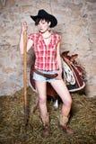 Cow-girl avec la fourchette de foin Images stock