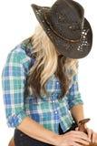 Cow-girl dans la tête bleue de chapeau noir de chemise vers le bas Image libre de droits
