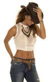 Cow-girl dans le dessus blanc avec la main de chapeau là-dessus Photos libres de droits