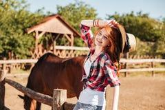 Cow-girl heureuse de femme avec le cheval sur le ranch Photographie stock libre de droits
